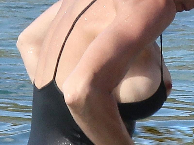содрали купальник выпали сиськи - 3