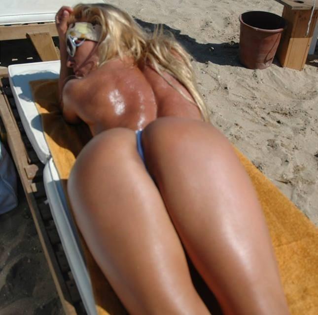 ΜΑΣ ΕΚΑΨΕ: Αναστάτωσε την παραλία της Βούλας με το... ανύπαρκτο μαγιό της! [φωτο]
