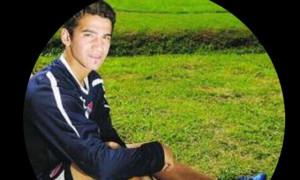 Ποιος είναι ο ποδοσφαιριστής της φωτογραφίας;