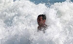 Ο Τζίτζι Μπουφόν... πάλεψε με τα κύματα! (pics)