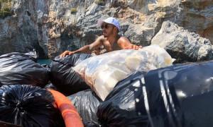 Ο Χάμιλτον μαζεύει σκουπίδια στη Μύκονο! (vid)