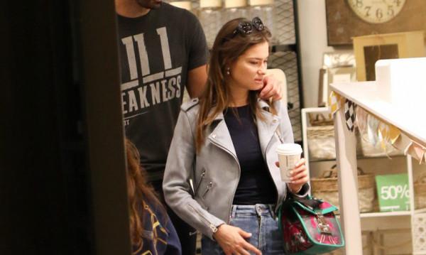 Tον «τσακώσαμε» σε εμπορικό κέντρο στο πλευρό εντυπωσιακής κοπέλας (pics)