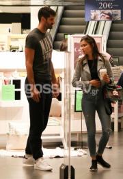 Tον «τσακώσαμε» σε εμπορικό κέντρο στο πλευρό εντυπωσιακής νεαρής (pics)