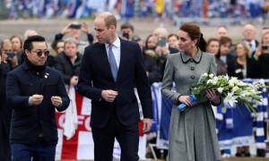 Το πριγκιπικό ζεύγος απέτισε φόρο τιμής στο σημείο του δυστυχήματος στο Λέστερ (pics)