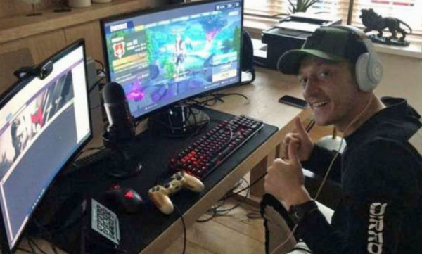 O Oζίλ παίζει πέντε ώρες την ημέρα Fortnite και γι' αυτό πονάει η μέση του!
