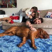 O Mέσι ποζάρει με τους γιους του και τον θηριώδη σκύλο του και «τρελαίνει» το διαδίκτυο (pics)
