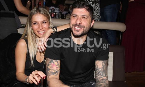 Μιχάλης Σηφάκης-Όλγα Στεφανίδη: Ευδιάθετοι και χαμογελαστοί σε έξοδο τους