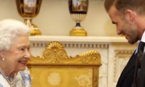 O Μπέκαμ… γλείφει τη βασίλισσα Ελισάβετ και οι followers του τον... τρολάρουν!