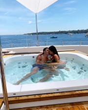 Το ζευγάρι ανταλλάσσει φιλιά στο σκάφος