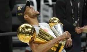 Η κούπα του NBA πήγε στο σπίτι του Αντετοκούνμπο! (pic)