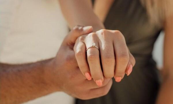 Γνωστό ζευγάρι παντρεύεται - Η ρομαντική πρόταση γάμου στην Σαντορίνη (pics)